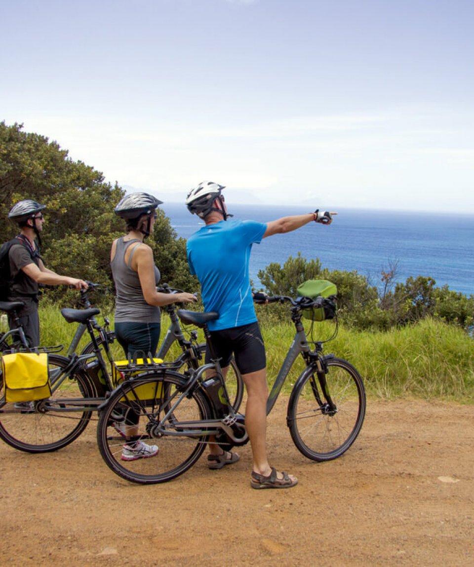Radgruppe mit Blick auf Atlantik