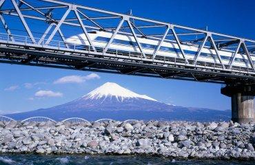 Fuji mit Shinkansen nahe Shin-Fuji