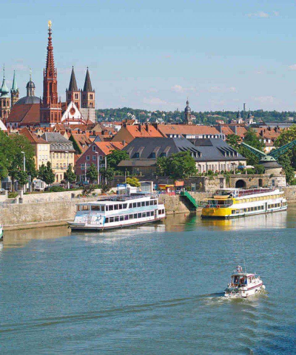 Blick auf Würzburg mit Schifffahrt