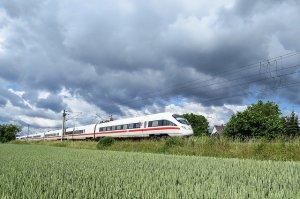 intercity express 1284735 640 300x199 - Entspannt & günstig: Urlaubsreise mit der Bahn